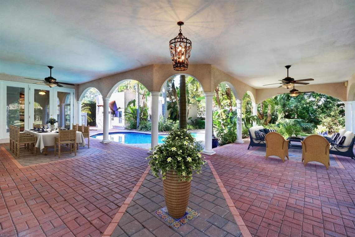 Gorgeous Outdoor Entertainment Spaces in Neighborhood Homes